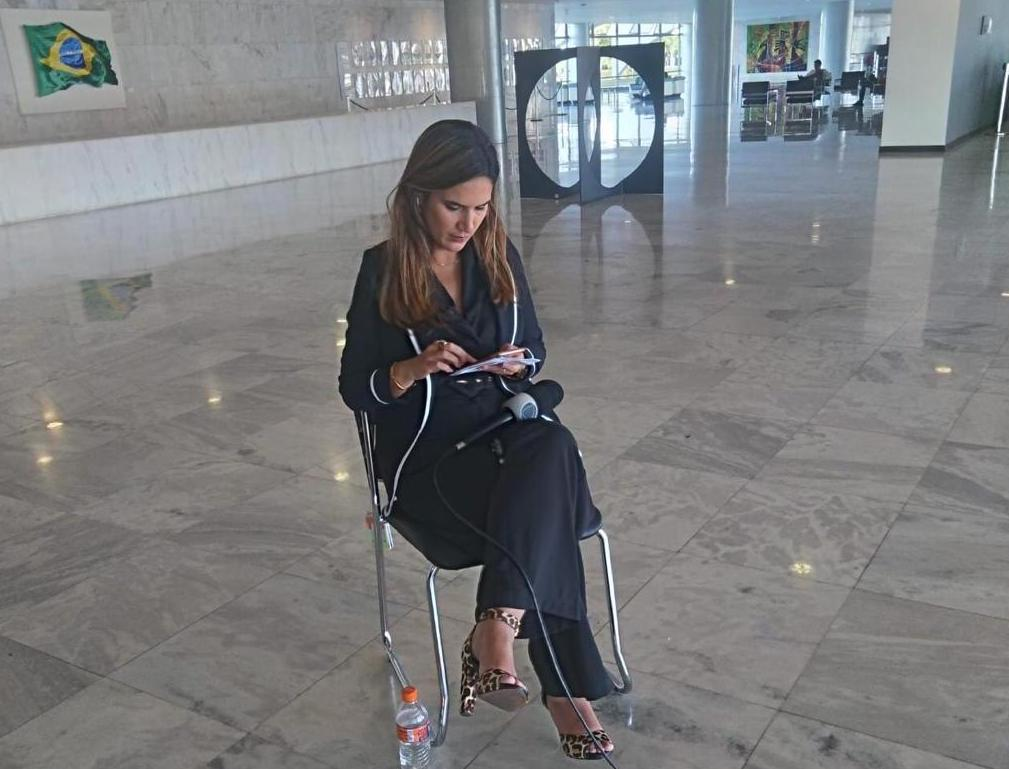 Repórter Renata Varandas durante trabalho no Palácio do Planalto