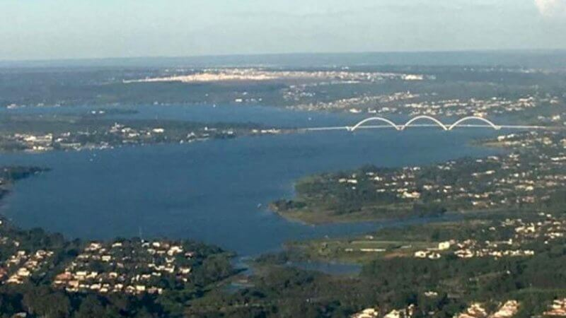 Vista aérea de Brasília com o Lago Paranoá e a Ponte JK ao fundo