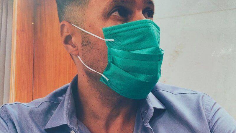 Foto de Jairo Lopes usando máscara verde