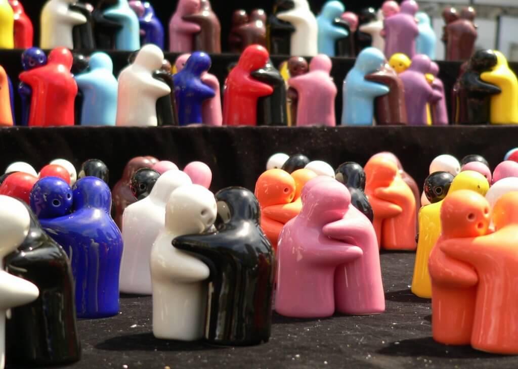 Saleiros no formato de pessoas que se abraçam lembra solidariedade