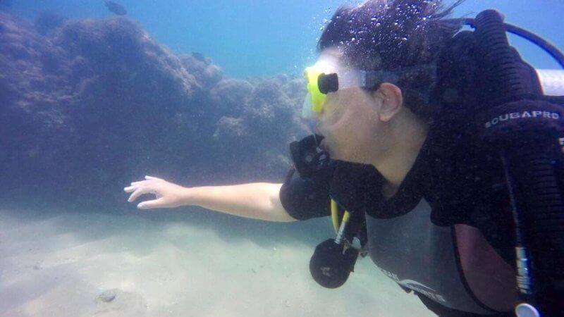 Foto de Roberta Luiza mergulhando no fundo do mar, usada para o texto sobre medos