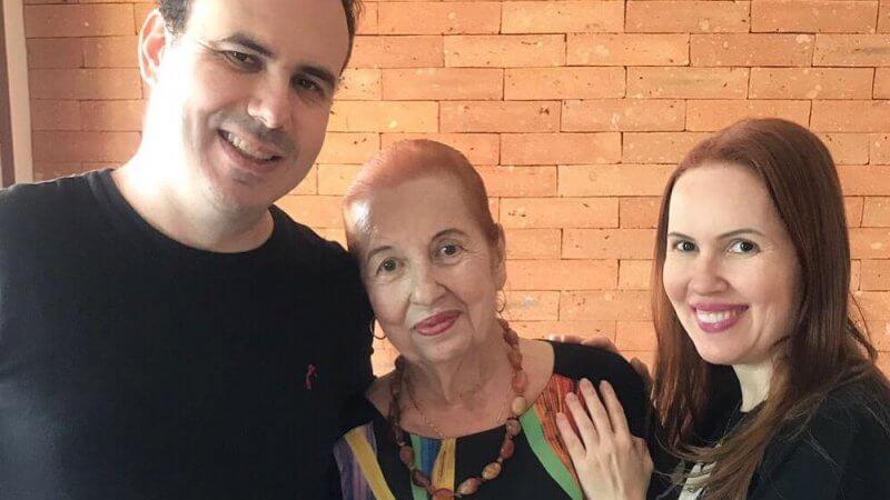 Promessas de Fabricia Hamu, ao lado de sua mãe e seu irmão