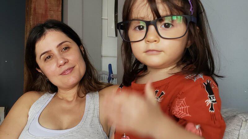 Foto de Thaise e a filha para o texto sobre quarentena e mães