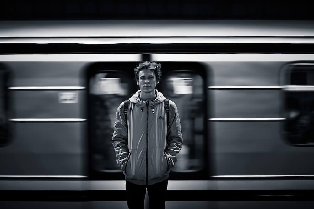 Imagem ilustrativa do texto Retratos de passagem, no metrô, de Mariana Bregieiro, do @papiroetinteiro