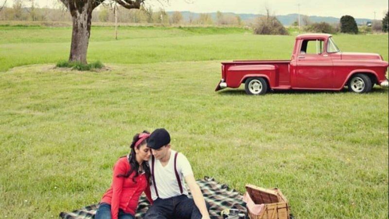 Foto de um casal fazendo piquenique, usada no texto E você, sonharia com essa manhã?