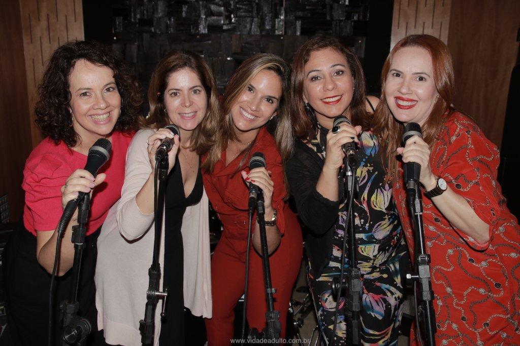 Foto de Taciana, Mariana, Renata, Juliana e Fabrícia para lançamento do Podcast do Vida de Adulto