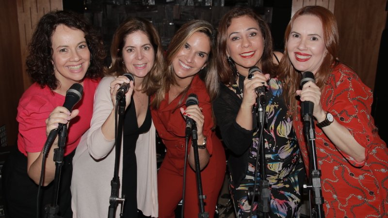 Foto de Taciana, Mariana, Renata, Juliana e Fabrícia para lançamento do Podcast do Vida de Adulto
