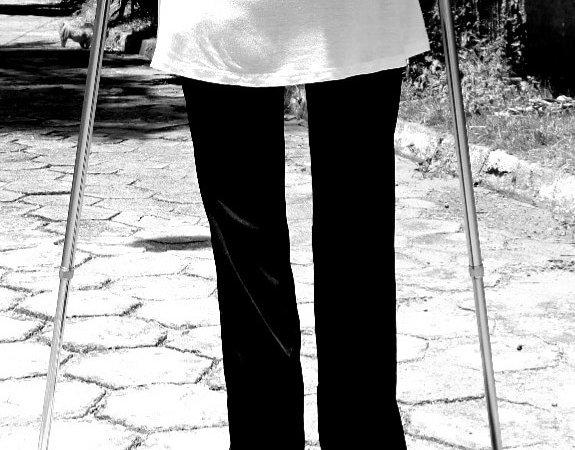 Renata Oliveira escreve sobre andar com muletas
